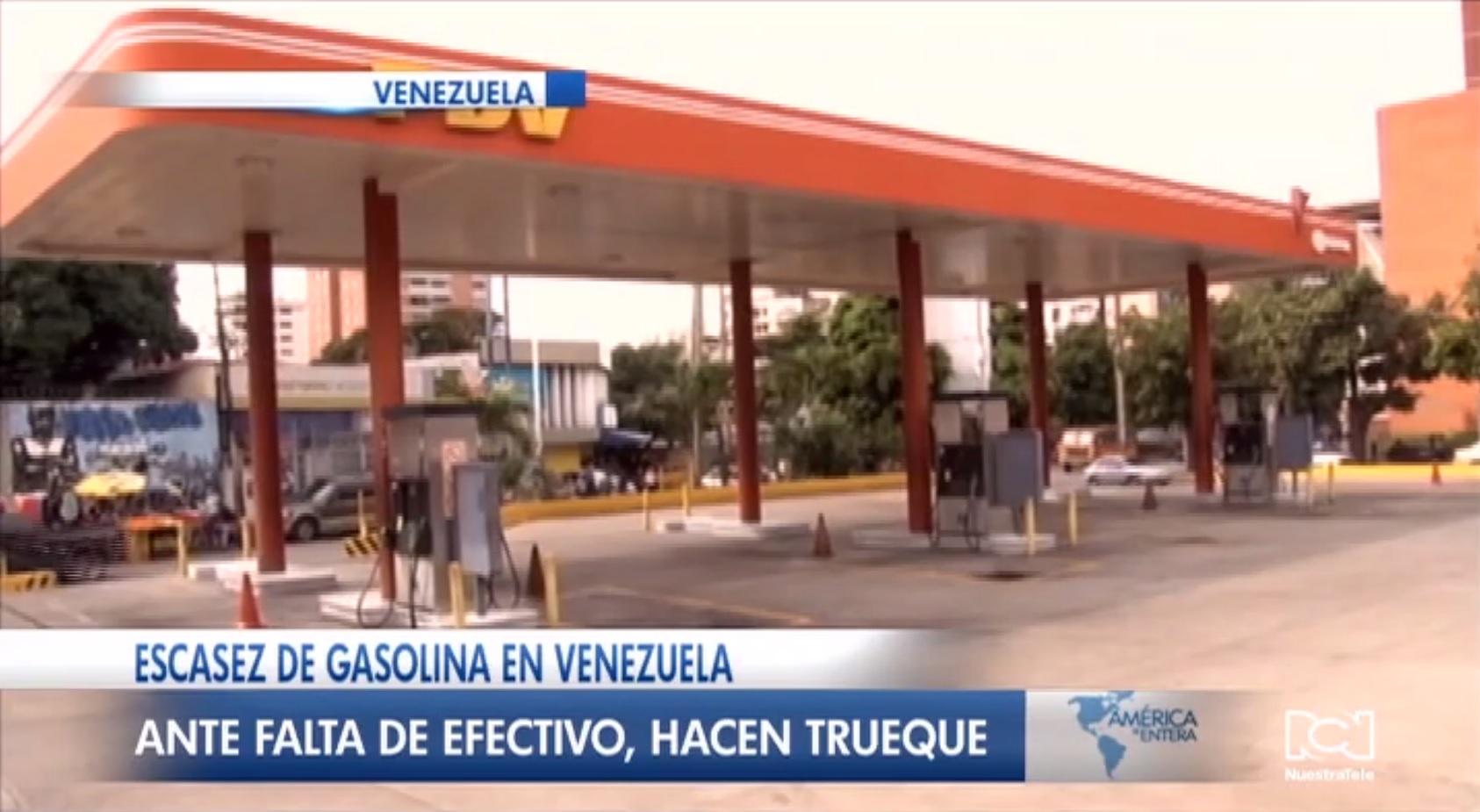 Ante la escasez de gasolina y falta de efectivo venezolanos hacen truques para abastecerse de combustible