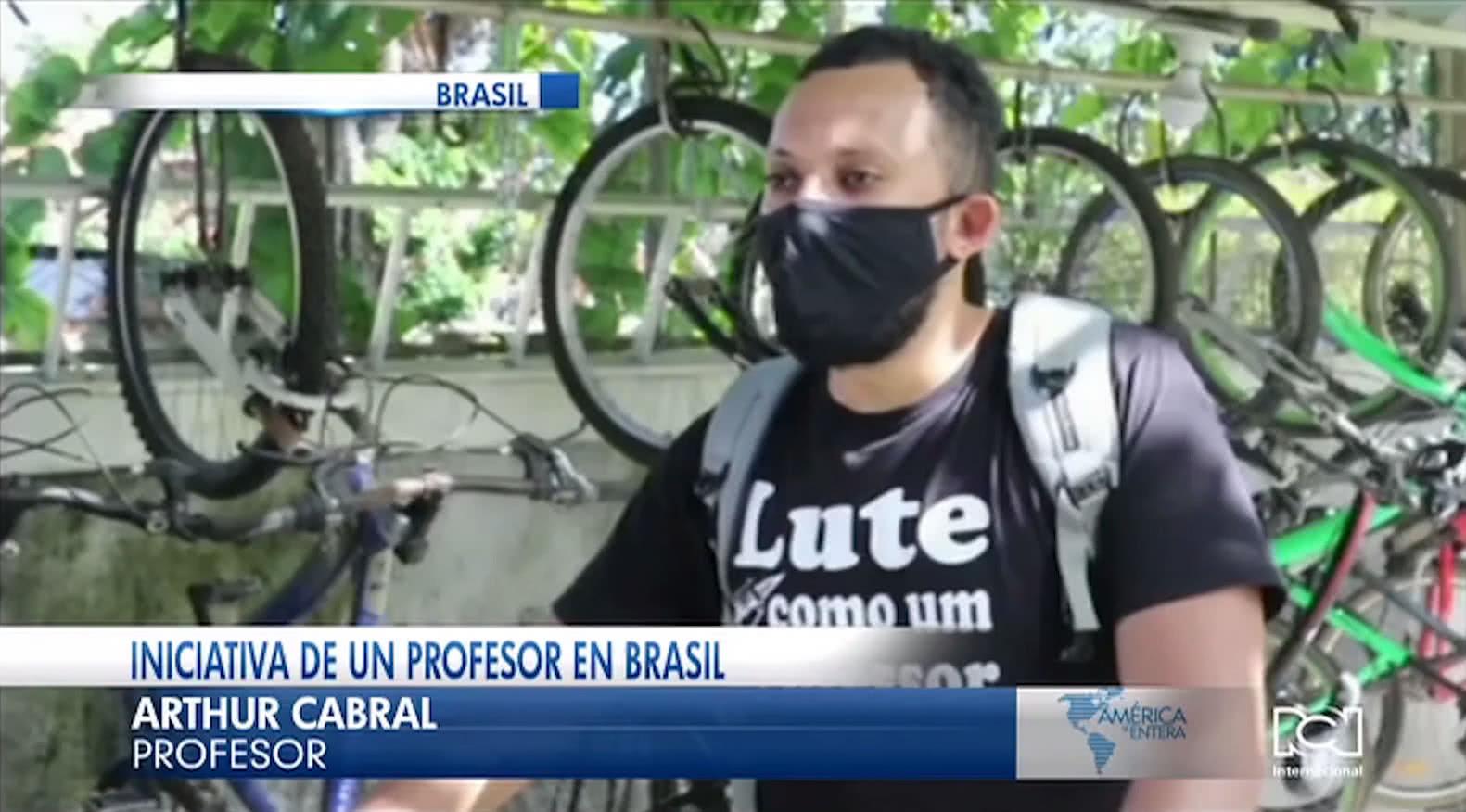Maestro brasileño va hasta la casa de sus estudiantes durante el confinamiento