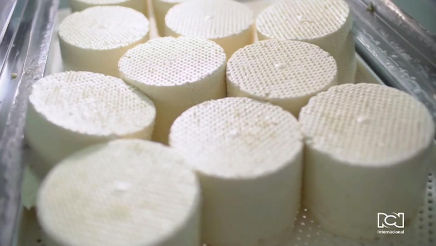 Así es el proceso de elaboración de la famosa cuajada colombiana