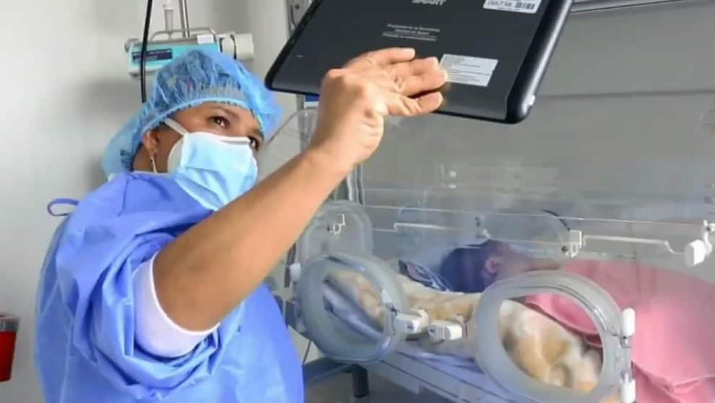 Bebés ahora reciben visitas virtuales ante la pandemia en Kennedy