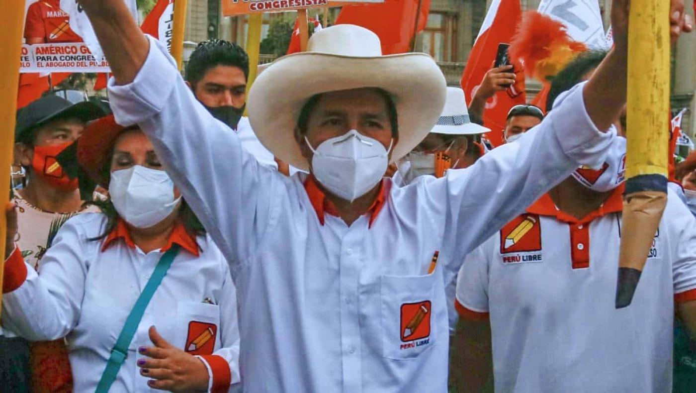 Sondeos ubican a Pedro Castillo en el liderato de la elección presidencial en Perú