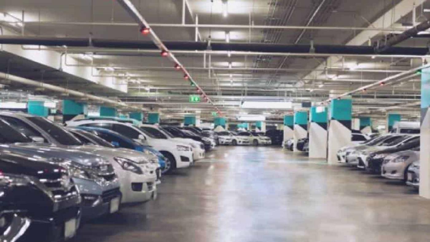 En parqueadero de un centro comercial robaron a mujer con ocho millones de pesos