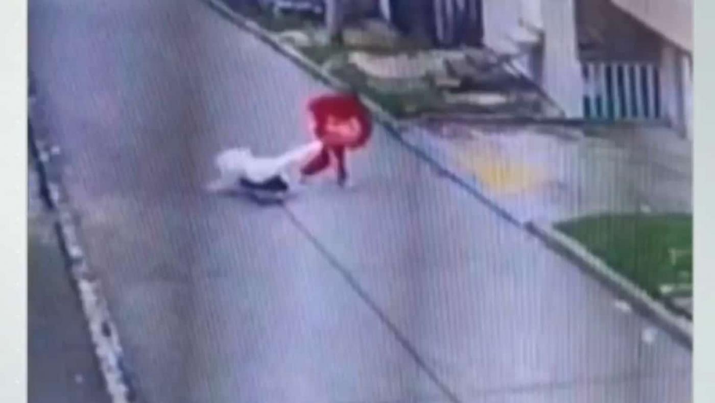 Ladrón lanza al suelo a monja para robarle un bolso
