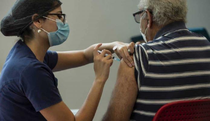 La mitad de los adultos en Europa ya están vacunados y la variante delta sigue amenazando