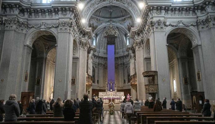 Detienen a un sacerdote por gastar limosnas en fiestas sexuales y drogas