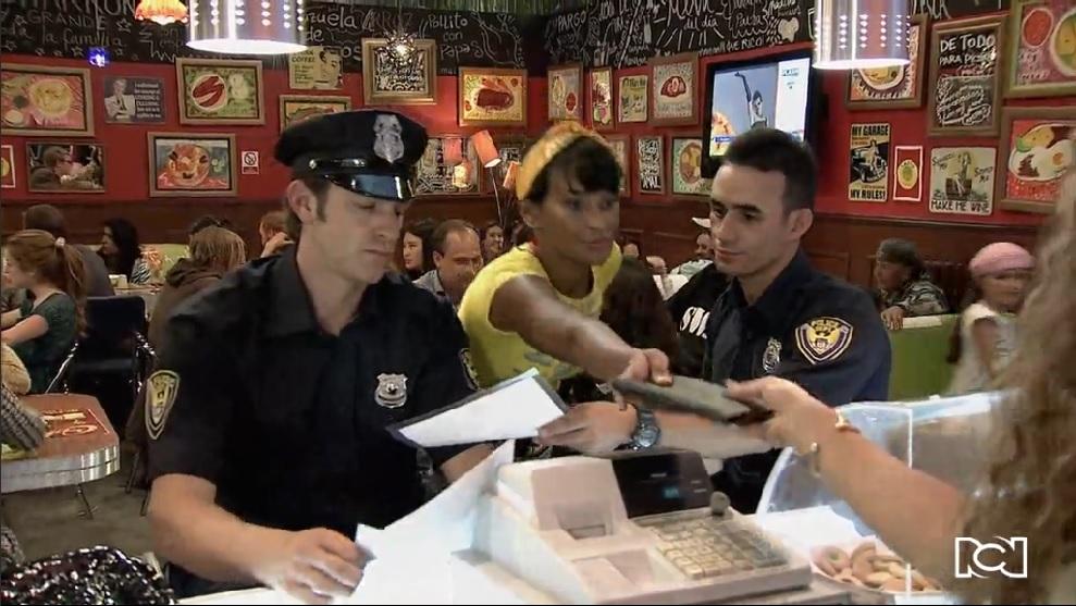 Allá te espero | Capítulo 3 | La policía llega al restaurante de Berenice