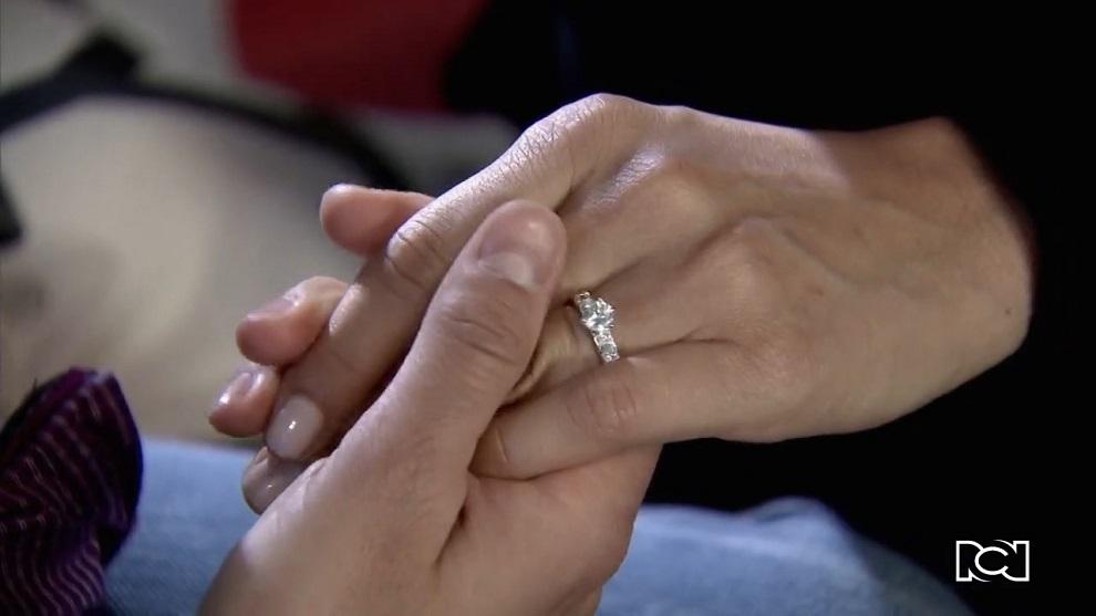 Allá te espero | Capítulo 99 | Álex se entera del compromiso de Rosa María con David