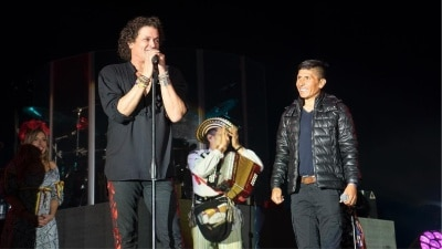 VIDEO   Nairo Quintana cantó con Carlos Vives y le regaló una ruana en concierto en Tunja