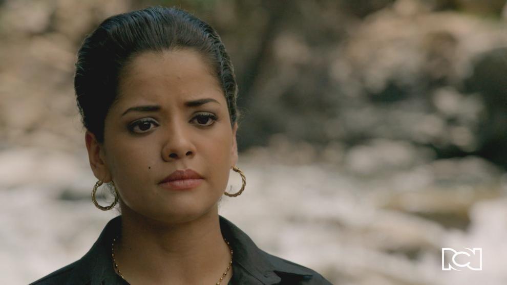 Rosa descubre a Betsy besándose con Sergio