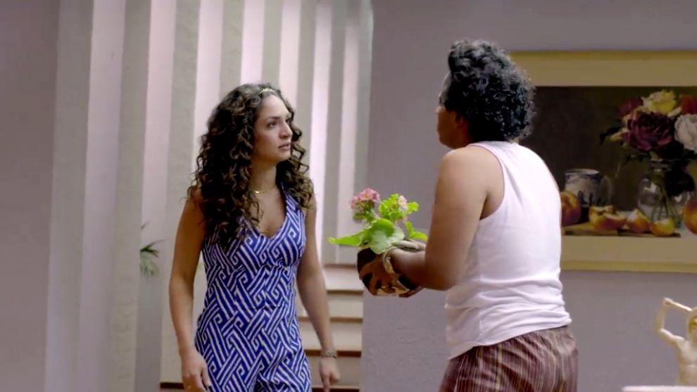 Lucía encuentra un cabello de mujer en la ropa de Diomedes