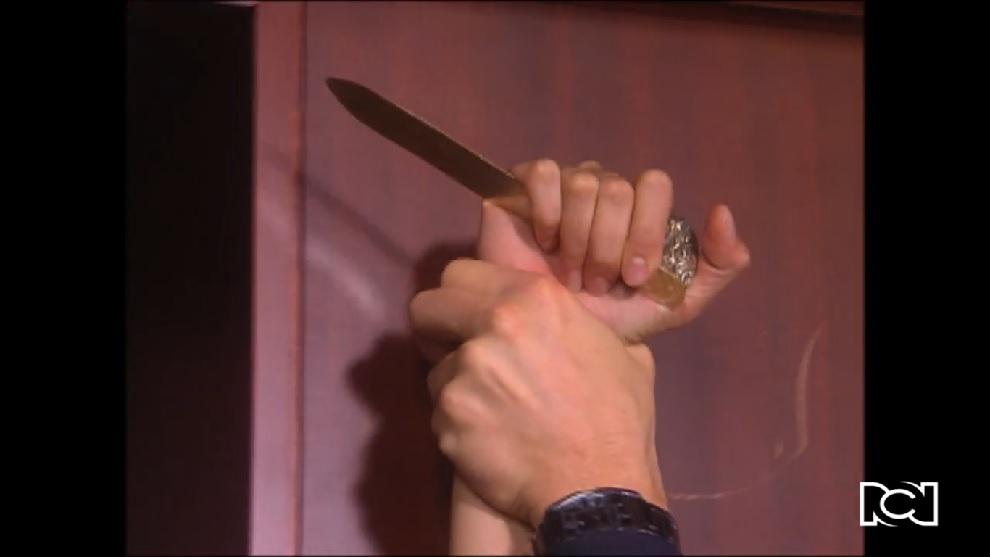 Doña Bella | Capítulo 10 | Bella trata de asesinar a Román