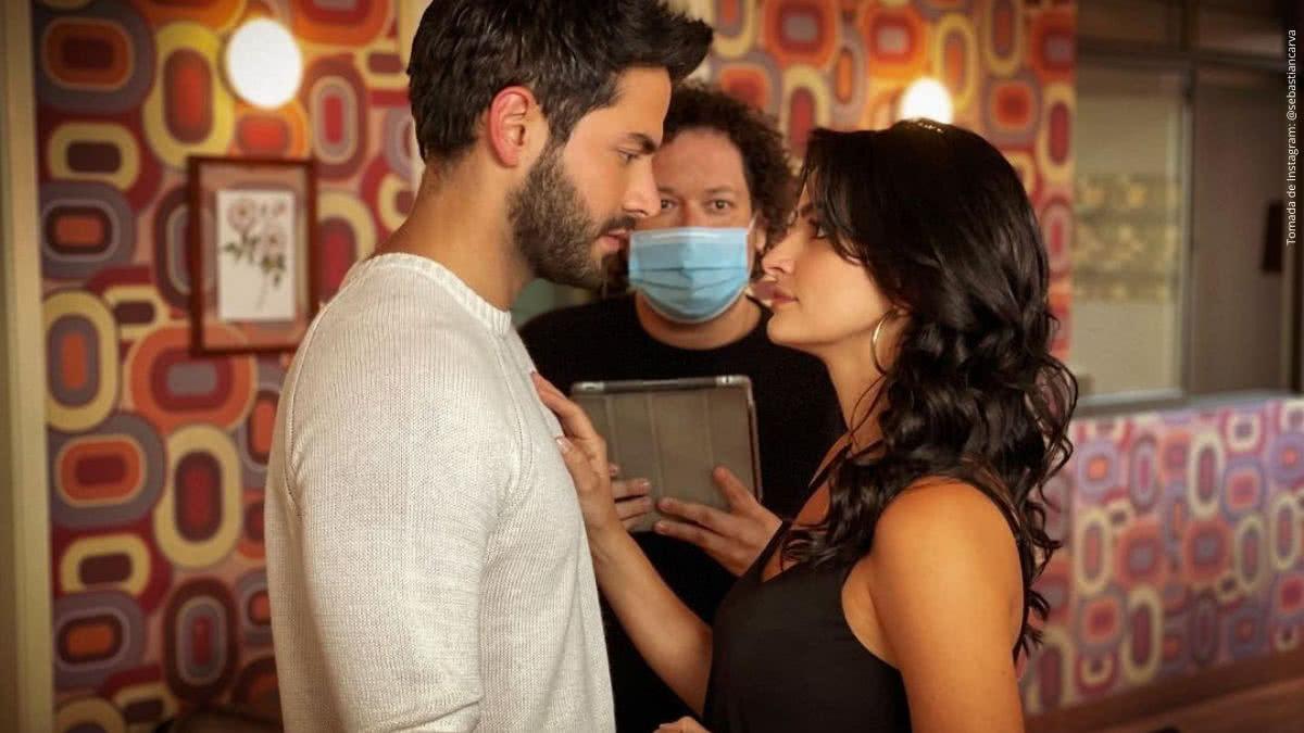 Los protagonistas de Enfermeras junto con el director.