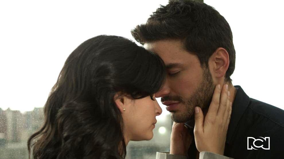 Carlos besa a María Clara