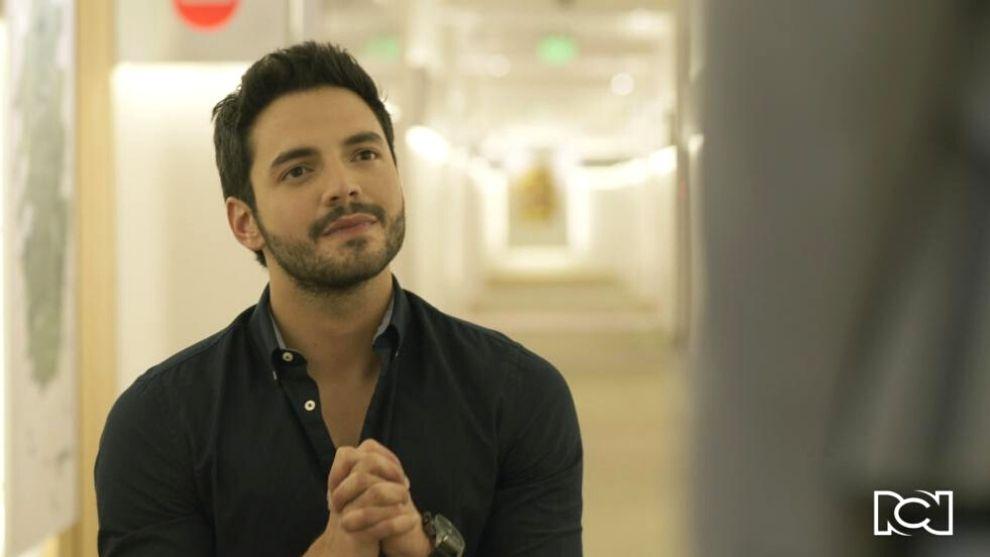 Carlos se arrodilla y le hace una propuesta a María Clara