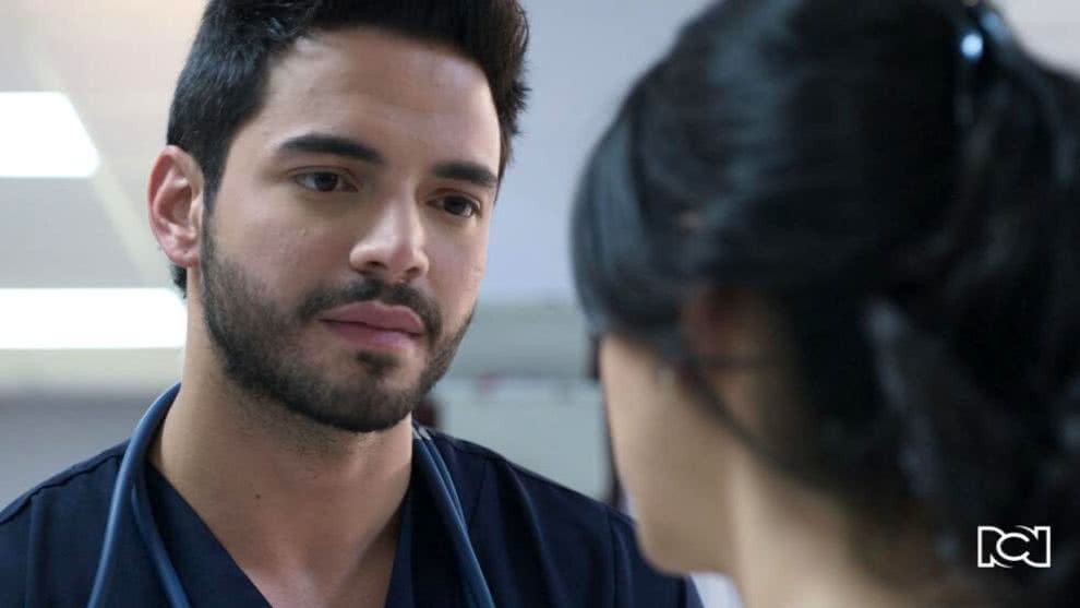 Carlos sorprende a María Clara con una propuesta