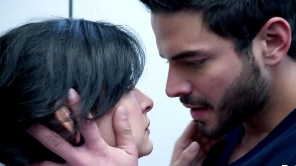 el beso entre Carlos y María Clara