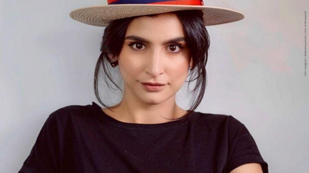 Diana Hoyos posa con sombrero y camiseta negra.