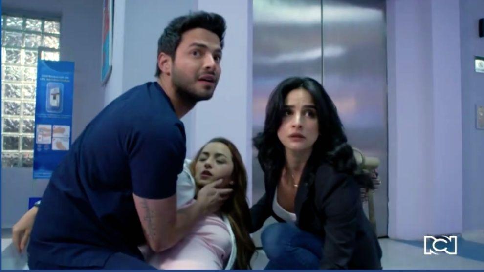 Helena se desmaya en los brazos de Carlos y María Clara