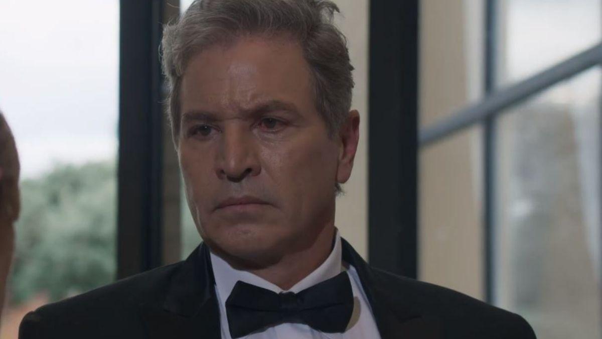 Mackenzie confronta a Álvaro y lo golpea