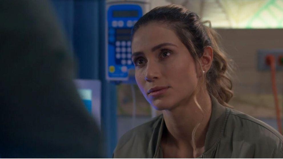 Carlos se acerca a Andrea