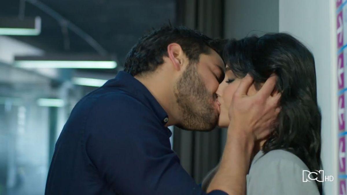 Carlos y María Clara tienen un momento íntimo