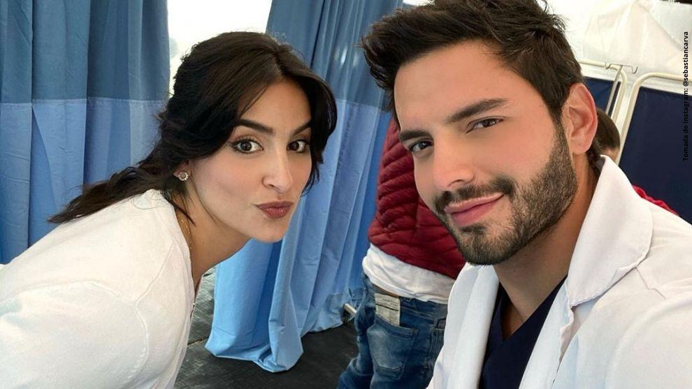 Diana Hoyos y Sebastián Carvajal dándole vida a sus personajes.
