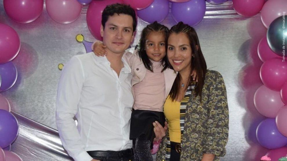 Pedro Calvo, su hija Mía y su esposa, Karolina.