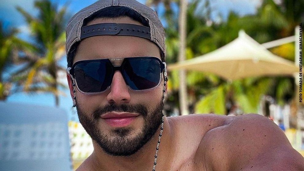 Sebastián Carvajal posó sin camiseta con hermoso paisaje y cautivó a sus seguidores. (Tomada de Instagram)