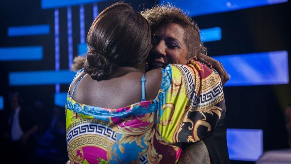Rosana abraza a Érika