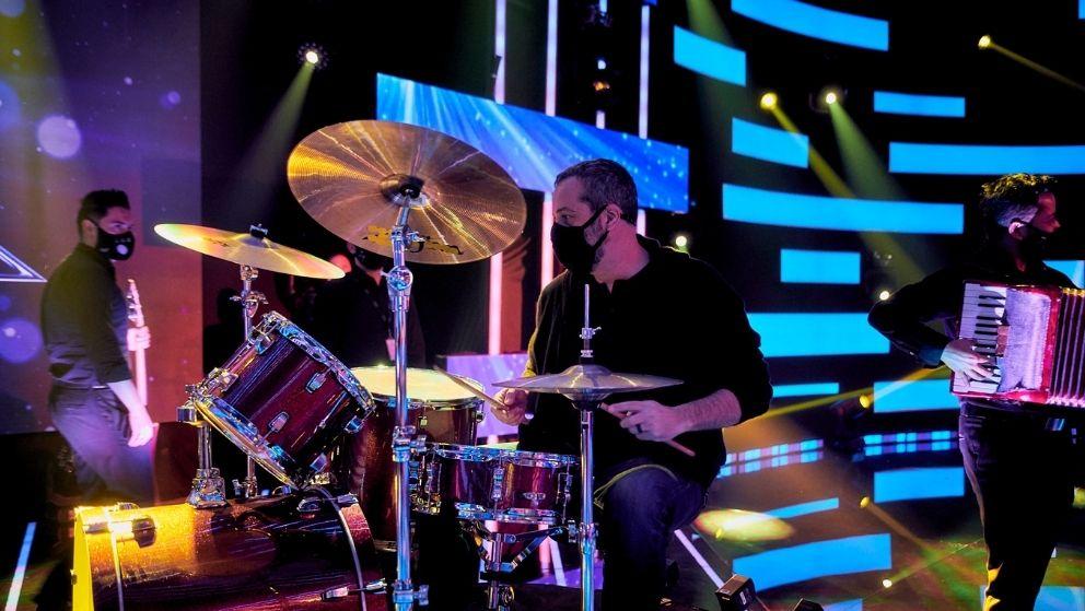 Por eso Jose Gaviria tocó la batería en ensayos de sus actos.