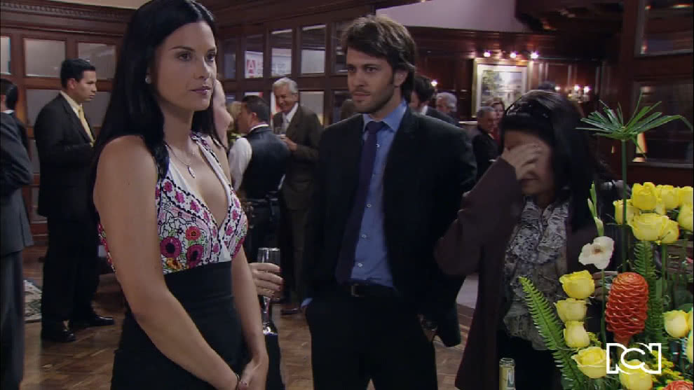 Renata logra entrar al coctel
