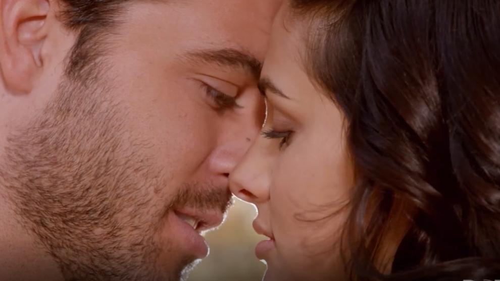 Aurora y Rodrigo, a punto de besarse