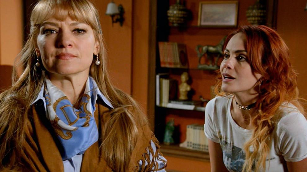 Mónica le pide a Elsa que deje quedar a Aurora