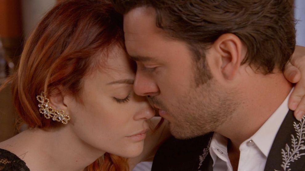 Mónica intenta besar a Rodrigo
