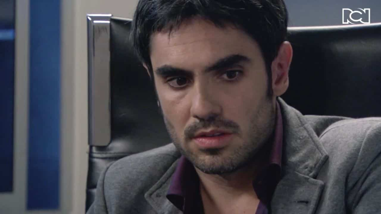 Richard se entera de que Martínez es agente de la D4