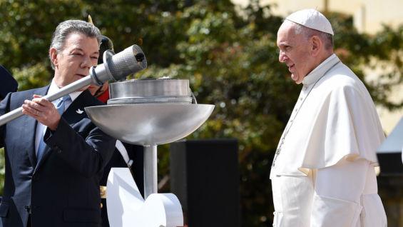 El presidente Santos y el papa. Foto: Alberto Pizzoli / AFP