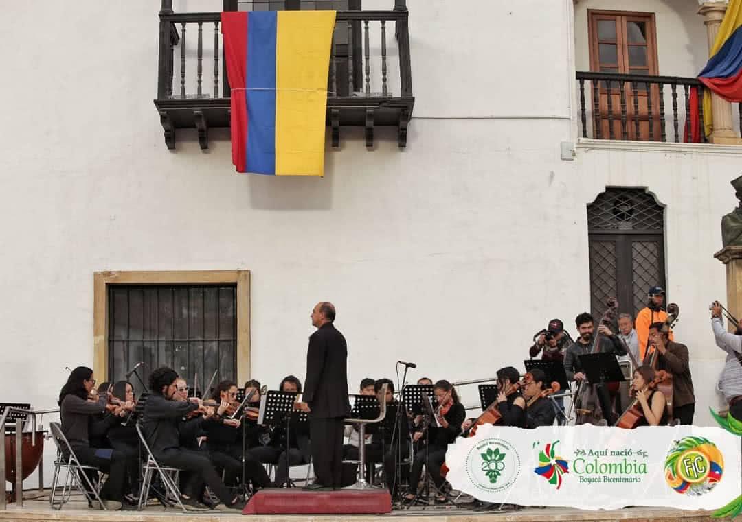 Foto: Concierto filarmónica frente a la Casa del Fundador