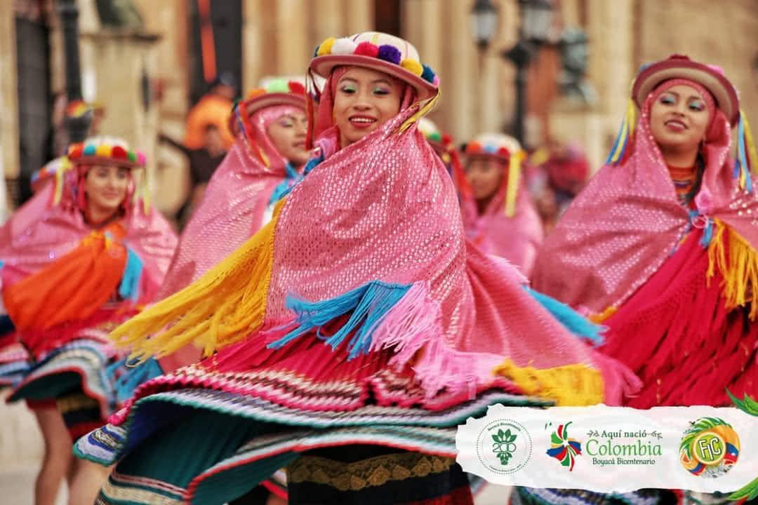Foto: Bailarinas por la Cra. 9°