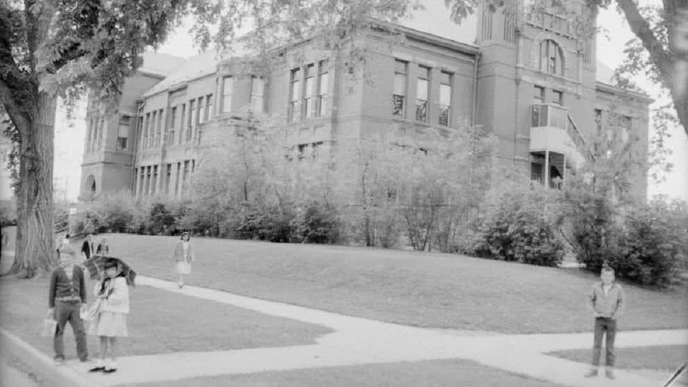 Casi 80 años después, dos hermanos reciben sus diplomas de bachiller por culpa la Segunda Guerra Mundial