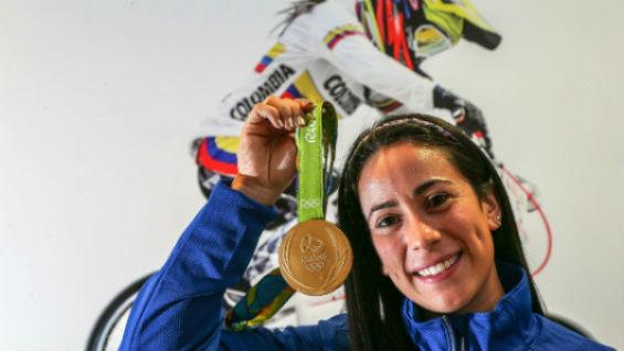 Mariana Pajón y Carlos Oquendo le regalarán buzo de BMX al papa