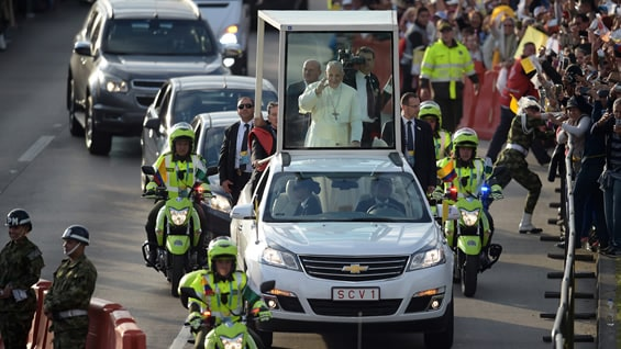 Multitudinario recibimiento al papa Francisco por la calle 26