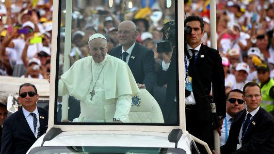 Seguridad del santo padre lo acompaña en todo momento. Foto: Alberto Pizzoli / AFP