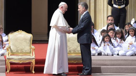 El presidente Santos y el papa. Foto: Raúl Arboleda / AFP