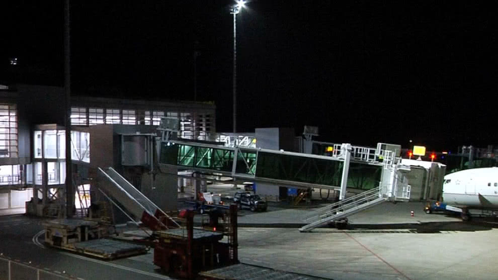 Investigan supuesto suicidio en baño de avión en aeropuerto de Cali