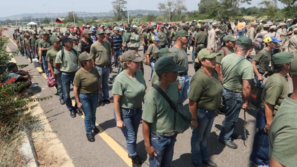 Para que lo defiendan, Maduro entregará miles de subametralladoras a sus seguidores