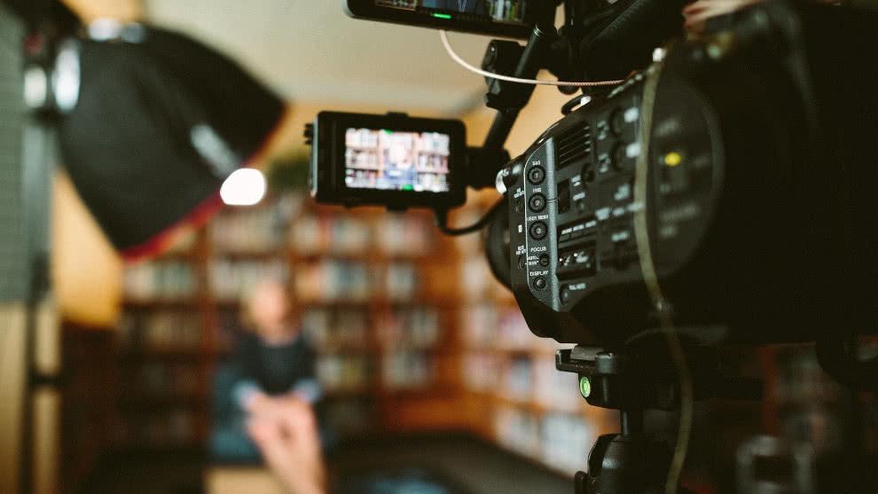 Reconocido narrador deportivo colombiano es acusado de grabar videos pornográficos con una menor de 15 años
