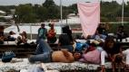 Los migrantes hondureños esperan poder entrar en México y seguir a EE.UU. Foto: EFE/Esteban Biba