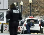 Foto: Miembros de la policía revisan el vehículo que impactó contra el muro de seguridad de la Casa Blanca / NoticiasRCN.com - AFP