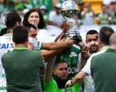 Jackson Follmann (C), sobreviviente de la tragedia de Chapecoense, recibió el trofeo Copa Sudamericana en el estadio Arena Conda en Chapeco. Foto Agencia AFP