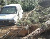 Un carro atrapado por el derrumbe. Foto: Bomberos